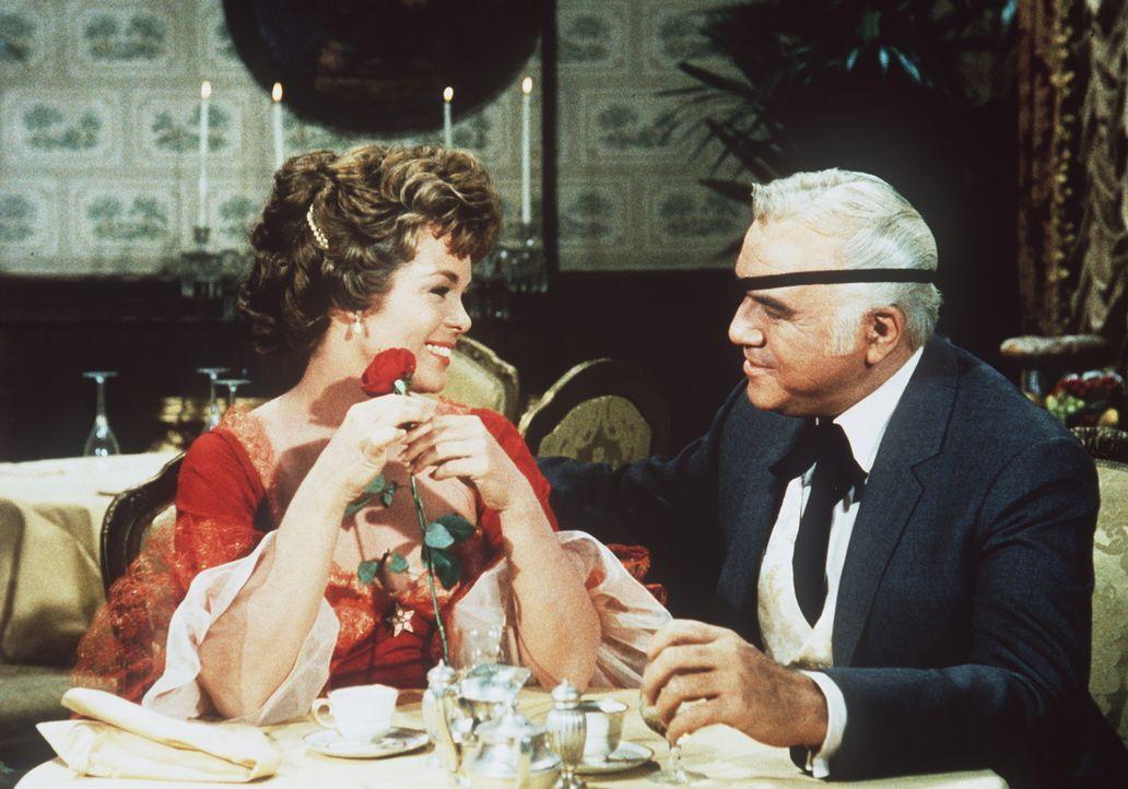 Ben (Lorne Greene, r.) ist gerne bereit, Claire (Nancy Gates, l.) und ihren Bruder zu unterstützen. Nicht ahnend, dass das kein gutes Signal für den... - Bildquelle: Paramount Pictures