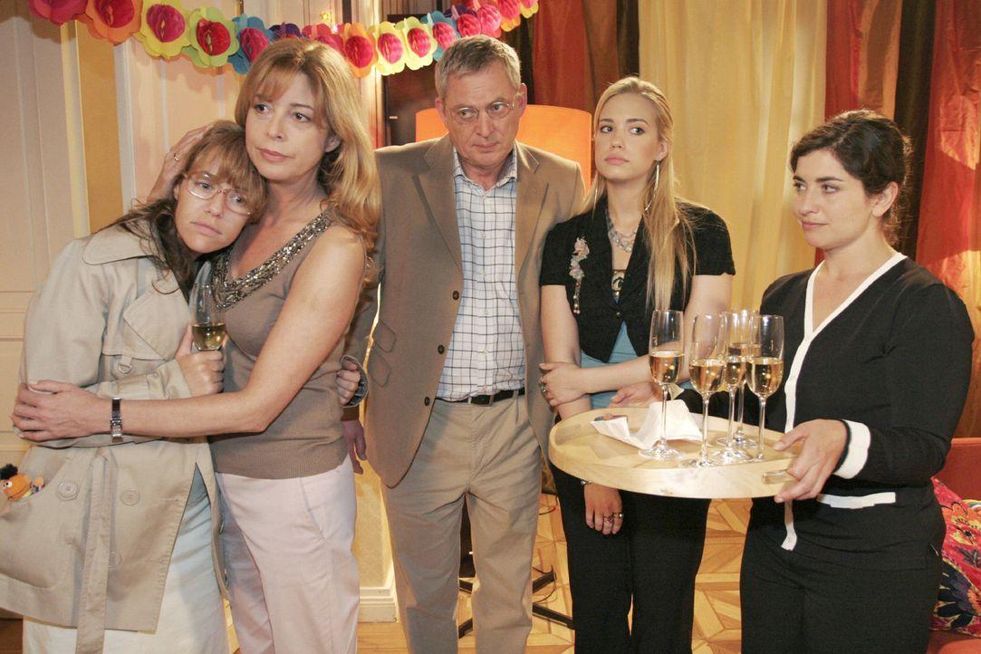 Lisa erscheint unerwartet ohne David auf der Willkommensfeier. v.l.n.r.: Lisa (Alexandra Neldel), Laura (Olivia Pascal), Friedrich (Wilhelm Manske),... - Bildquelle: Noreen Flynn Sat.1