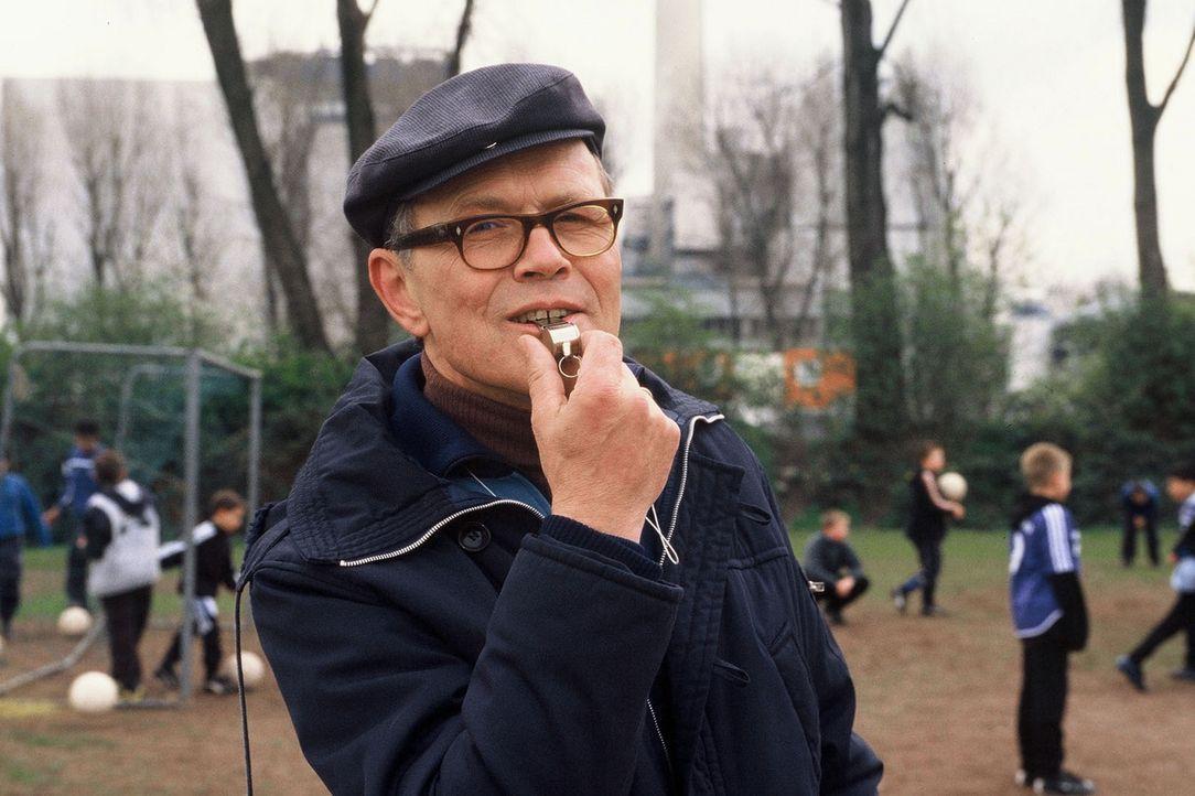Timos Vater (Heinrich Giskes) hat seit geraumer Zeit ordentlich Ärger mit dem Präsidenten des Fußballclubs, der ihm junge Nachwuchstalente mit üppig... - Bildquelle: Martin Menke Sat.1