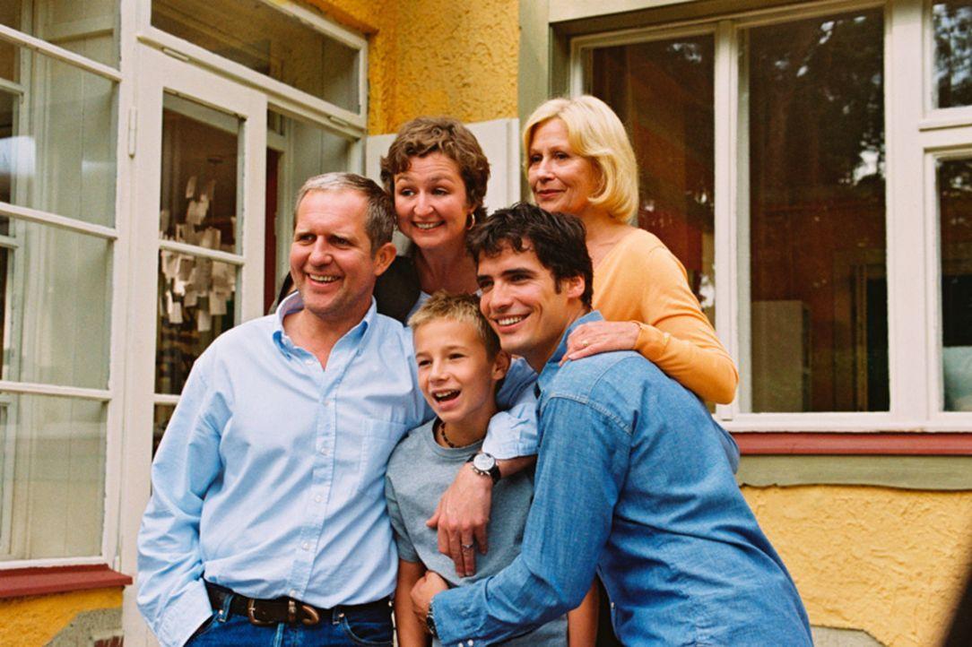 Noch sind sie eine glückliche, wenn auch ungewöhnliche Familie: (v.l.n.r.) Wolfgang (Harald Krassnitzer), Nina (Justine Hauer), Tom (Marian Lösch),... - Bildquelle: Jiri Hanzl Sat.1