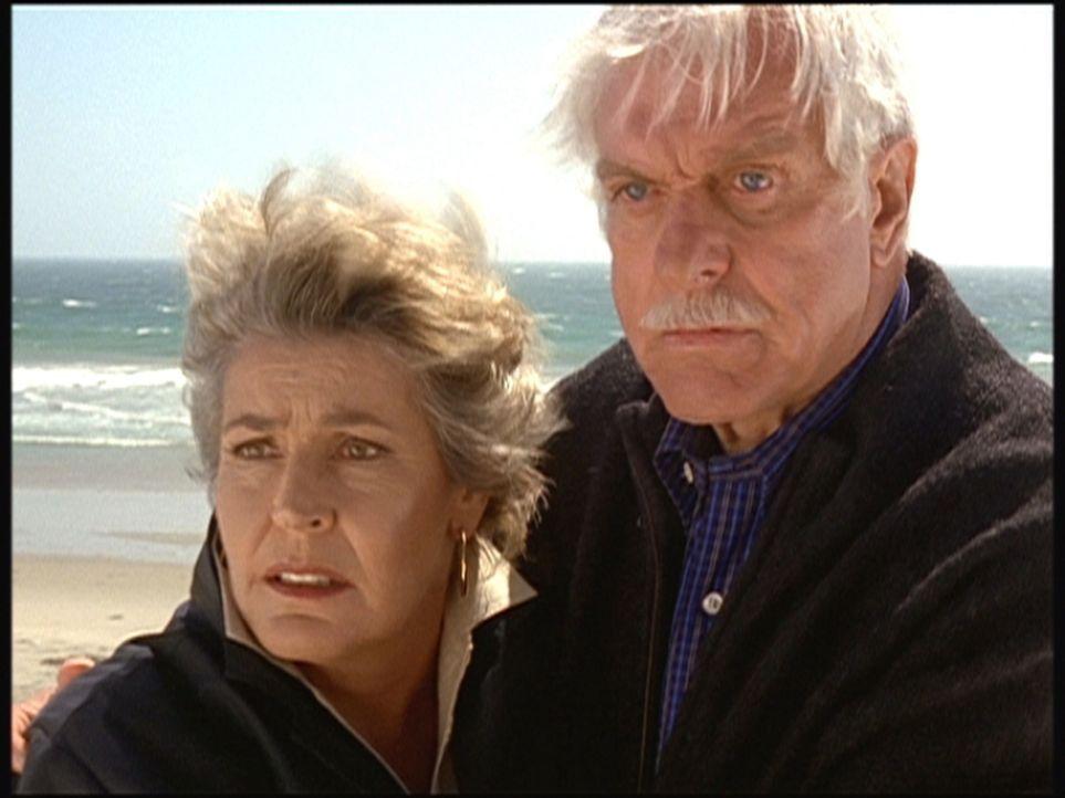 Mark (Dick Van Dyke, r.) und seine alte Freundin Danielle (Helen Reddy, l.) sind starr vor Schreck - soeben wurde auf sie geschossen. - Bildquelle: Viacom