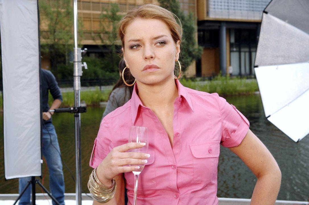 Katja (Karolina Lodyga) wird Opfer ihrer eigenen Intrige. - Bildquelle: Claudius Pflug Sat.1