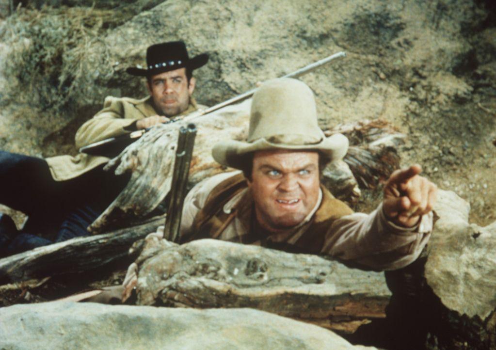 Hoss (Dan Blocker, r.) und Adam Cartwright (Pernell Roberts, l.) sind in einen Hinterhalt der Viehdiebe geraten. - Bildquelle: Paramount Pictures