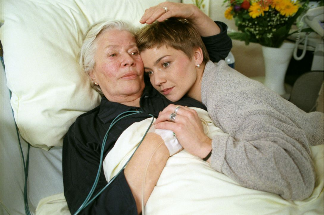 Stephanie (Claudia Schmutzler, r.) liegt in den Armen ihrer Oma Hulda (Lissy Tempelhof, l.). Beide wissen, dass Huldas Krankheit ihr das Leben nehme... - Bildquelle: Noreen Flynn Sat.1