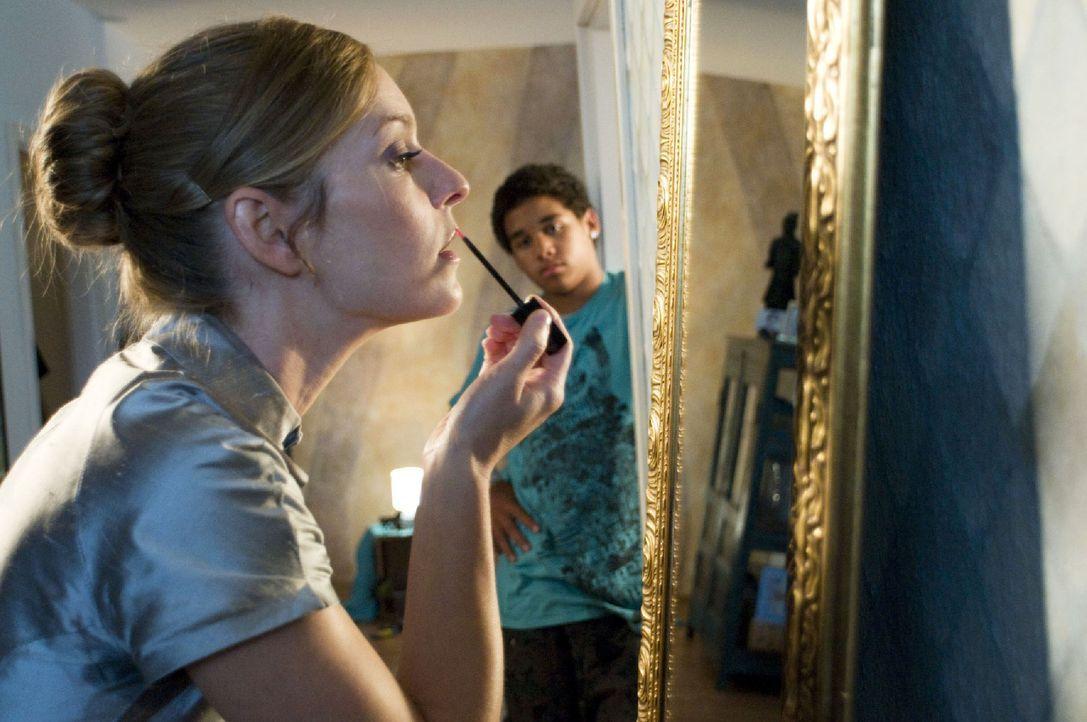 Marie (Lisa Martinek, l.) schminkt sich für ihren ersten Abend als Prostituierte, als Steven (Diego Alvarez, r.) sie überrascht. Sie erzählt ihm, si... - Bildquelle: Jacqueline Krause-Burberg Sat.1