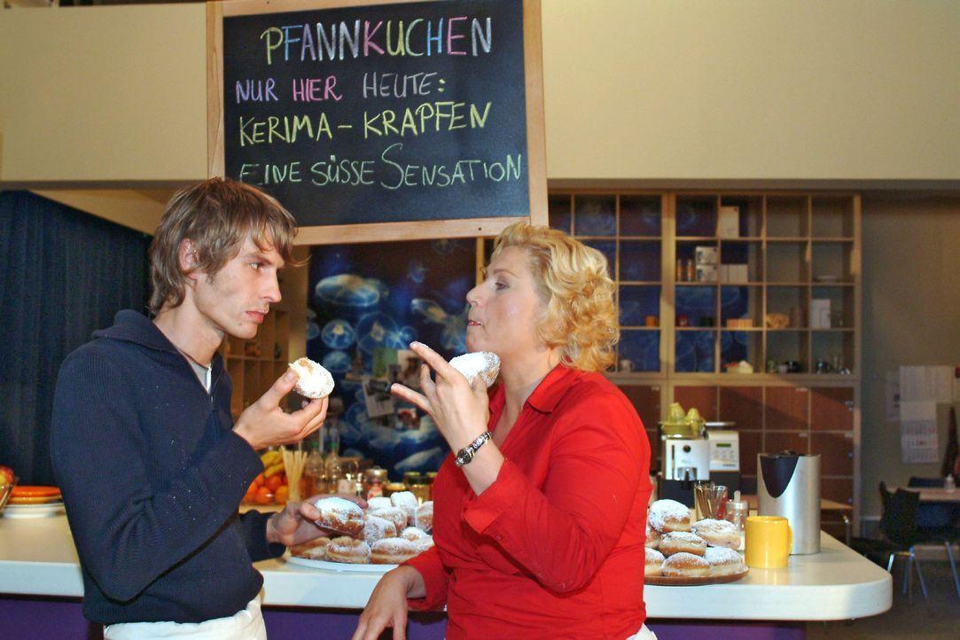 Agnes (Susanne Szell, r.) und Boris (Matthias Rott, l.) glauben eine gute Idee zu haben, als sie besondere Pfannkuchen anbieten. Doch keiner will si... - Bildquelle: Monika Schürle Sat.1