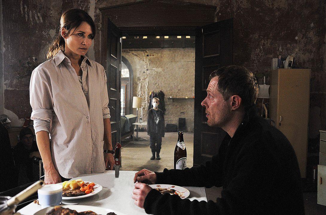 Hannah Mangold (Anja Kling, l.) versucht den verbitterten Harald Kurtz (Andreas Lust, r.) davon zu überzeugen, dass das marode Anwesen nicht der ric... - Bildquelle: Oliver Feist SAT.1 / Oliver Feist