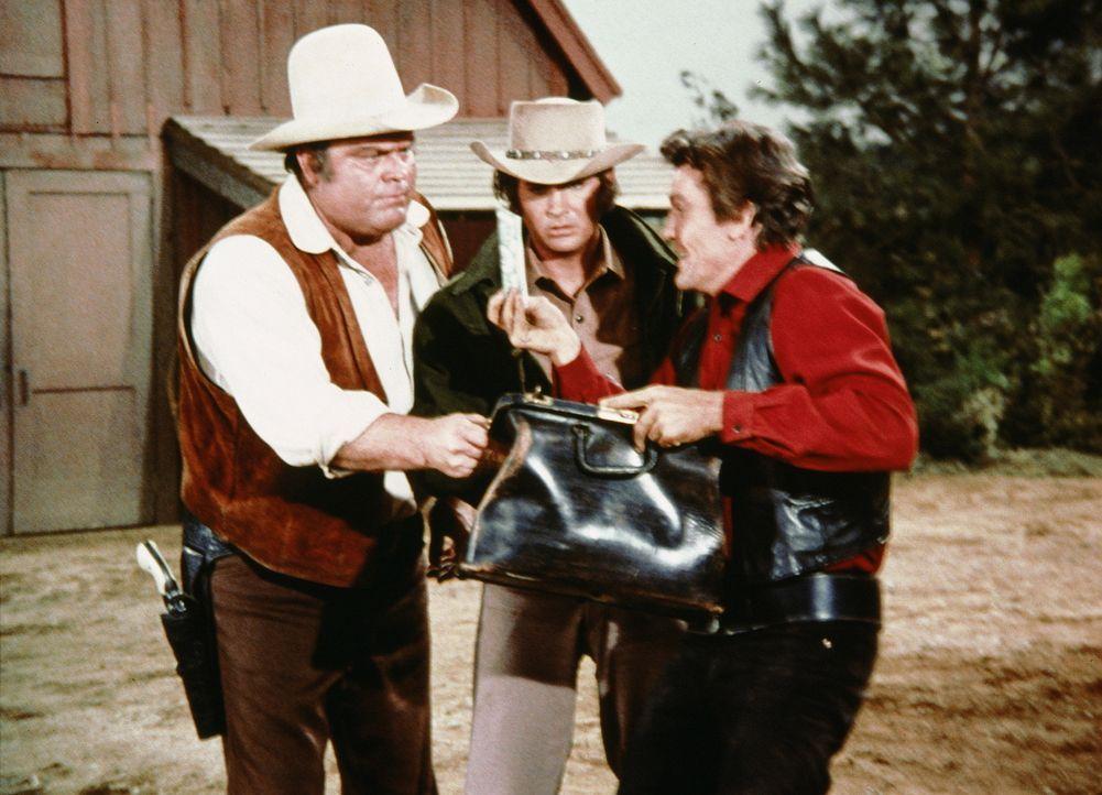 Little Joe (Michael Landon, M.) und Hoss (Dan Blocker, l.) können es nicht glauben, aber Candy (David Canary, r.) ein kleines Vermögen geerbt ... - Bildquelle: Paramount Pictures