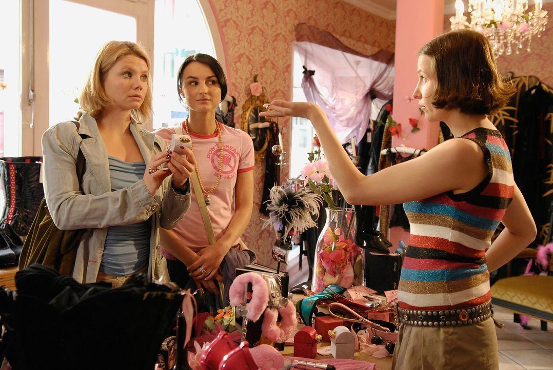 Minza (Annette Frier, l.) und Frenzy (Miranda Leonhardt, M.) sind noch nicht überzeugt davon, dass die geheimnisvollen Liebeskugeln das halten, was... - Bildquelle: Marco Nagel ProSieben
