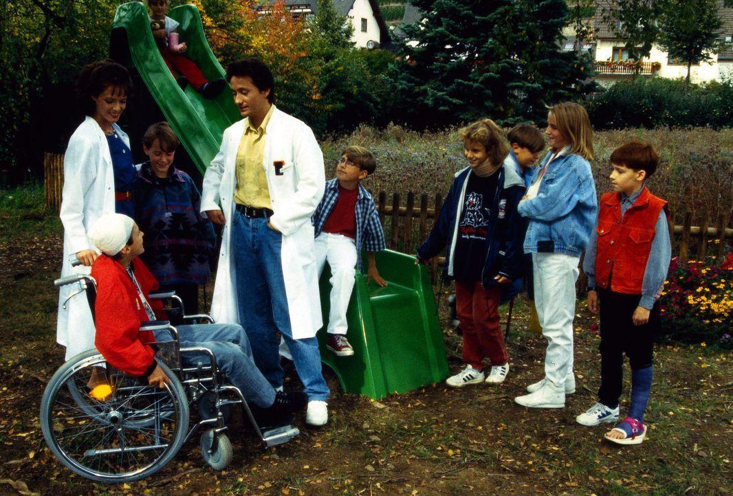 Dr. Markus Kampmann (Ulrich Reinthaller, M.) und Corinna Halver (Svenja Pages, l.) sind bei den kleinen Patienten in der Klinik aufgrund ihres Einfü... - Bildquelle: Janis Jatagandzidis Sat.1