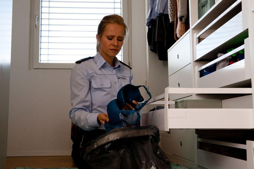 Schon immer wurde Polizistin Jenny (Susanne Bormann) wegen ihres flachen Busens gehänselt. Als sie es mit Silikonimplantaten versucht, stellt sich h... - Bildquelle: Maor Waisburd SAT. 1