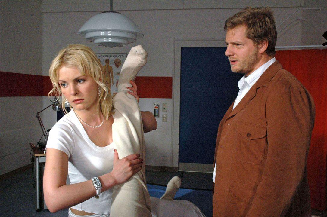 Jakob (Henning Baum, r.) versteht nicht, warum Marie (Yvonne Schönherr, l.) ihm so hartnäckig ausweicht ... - Bildquelle: Kerstin Stelter Sat.1