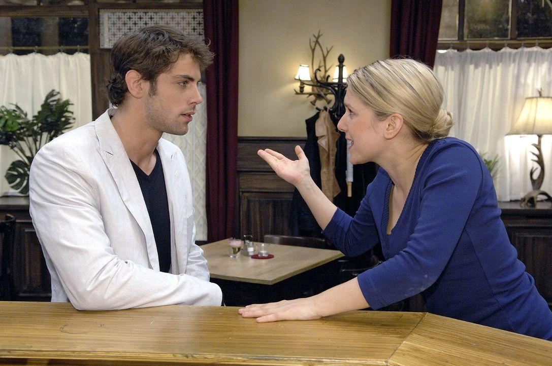 Anna (Jeanette Biedermann, r.) versucht Jonas (Roy Peter Link, l.) zu erklären, warum sie überreagiert hat. - Bildquelle: Claudius Pflug Sat.1
