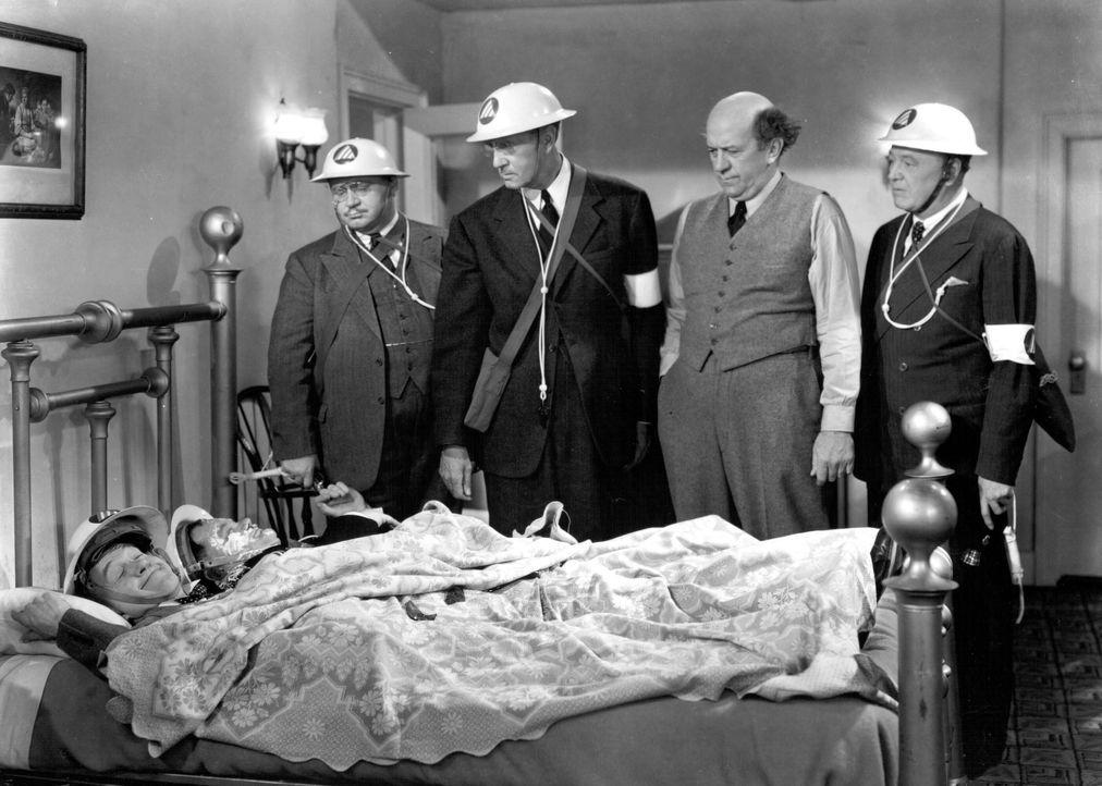 Stanley (Stan Laurel, vorne l.); Oliver (Oliver Hardy, vorne r.) - Bildquelle: 1943 Turner Entertainment Co. All rights reserved.