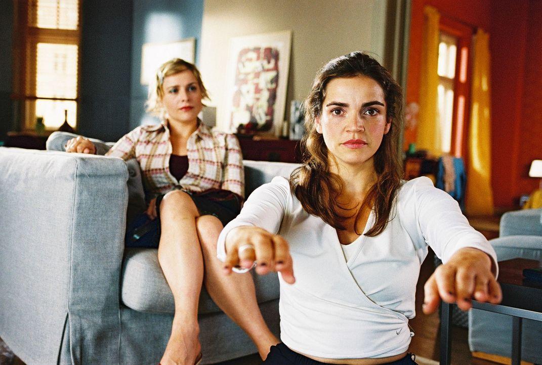 Biene (Isabel Tuengerthal, l.) berichtet Sandra (Rebecca Immanuel, r.), dass sich ihre Praktikantin Monika und Felix immer näher kommen. Sandra besc... - Bildquelle: Hardy Spitz Sat.1