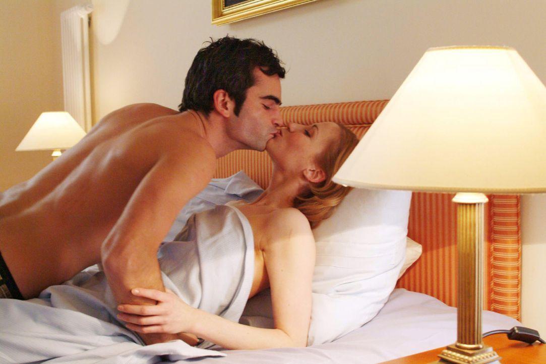David (Mathis Künzler, l.), der sich im Hotelzimmer prächtig mit Monique (Astrid Posner, r.) amüsiert, ahnt nicht, dass seine Verlobte Mariella kurz... - Bildquelle: Monika Schürle Sat.1