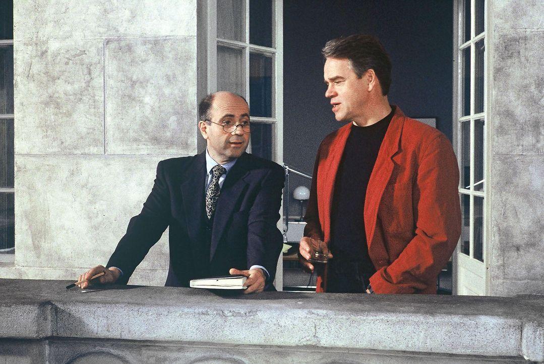 Kommissar Wolff (Jürgen Heinrich, r.) berät sich mit Staatsanwalt Dr. Fried (Gerd Wameling, l.). - Bildquelle: Alfred Raschke Sat.1