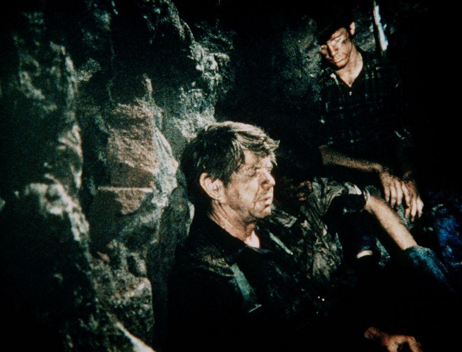 John (Ralph Waite, l.) und Jason (Jon Walmsley, r.) sind in dem eingestürzten Schacht verschüttet. Verzweifelt hoffen sie auf Rettung. - Bildquelle: WARNER BROS. INTERNATIONAL TELEVISION