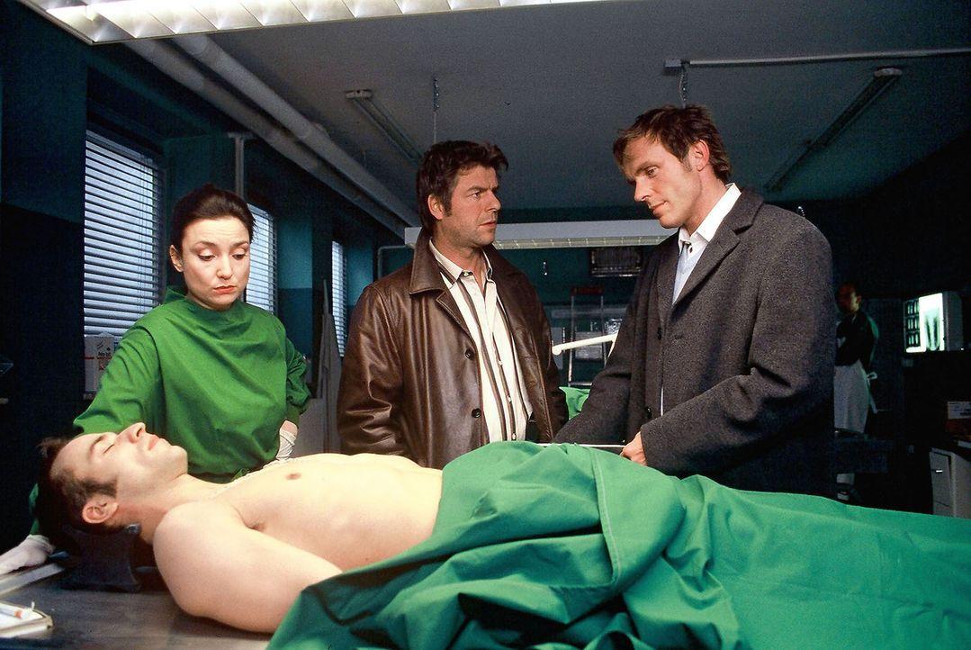 Dr. Schwarz (Tatjana Clasing, l.) zeigt Jupp (Uwe Fellensiek, M.) und Falk (Dirk Martens, r.) die beiden Toten und erklärt die jeweilige Todesursach... - Bildquelle: Adolph Sat.1