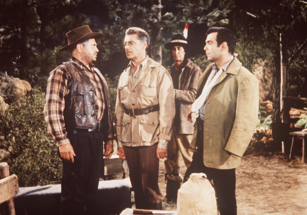 Der Gauner Belcher (Bert Freed, l.) hat Lord Dunsford (Edward Ashley, 2.v.l..) und Adam Cartwright (Pernell Roberts, r.) in seine Gewalt gebracht. - Bildquelle: Paramount Pictures