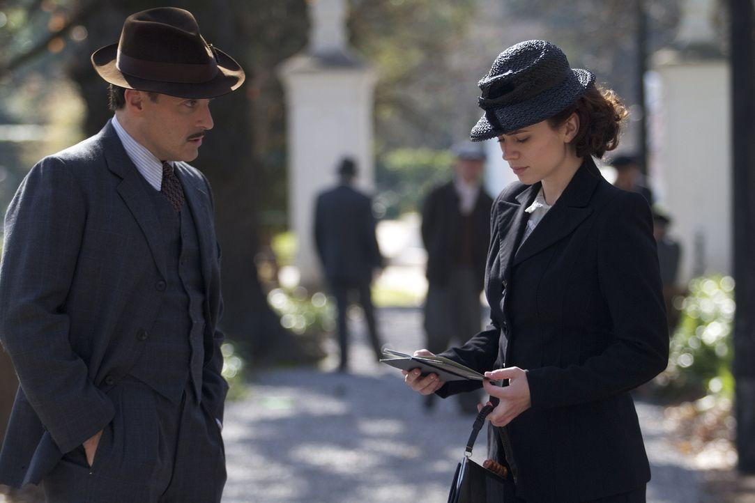 Lucas Romer (Rufus Sewell, l.) macht der trauernden Eva Delectorskaya (Hayley Atwell, r.) ein Angebot, das ihr ganzes Leben auf den Kopf stellen wir... - Bildquelle: TM &   2012 BBC
