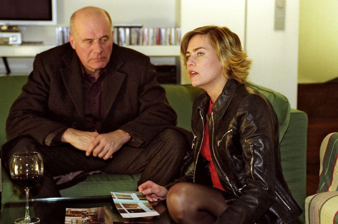 Alex (Hanns Zischler, l.) konfrontiert seine Frau Julia (Gesine Cukrowski, r.) mit Fotos, die sie mit ihrem Liebhaber Rafael zeigen. - Bildquelle: Claudius Pflug Sat.1