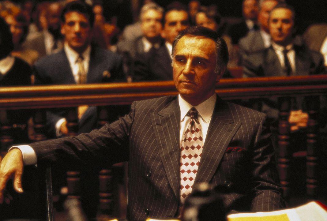 Der wegen Mordes angeklagte Mafiaboss Boffano (Tony Lo Bianco) zeigt sich trotz der erdrückenden Beweislast optimistisch - schließlich haben seine L... - Bildquelle: Columbia TriStar International Television