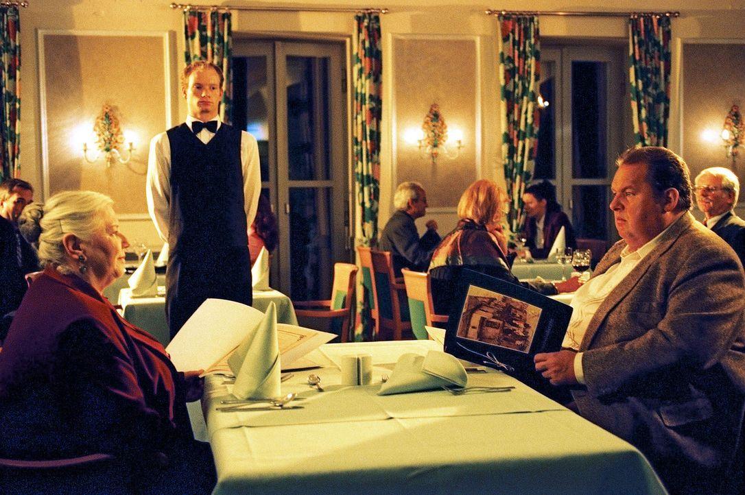 Benno (Ottfried Fischer, r.) führt seine Mutter Resi (Ruth Drexel, l.) aus und erhält überraschende Informationen. - Bildquelle: Aki Pfeiffer Sat.1