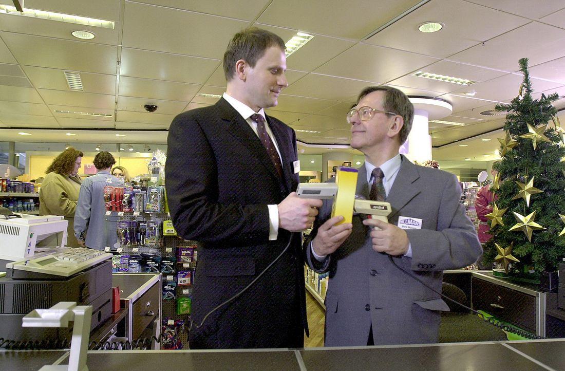 Mit der Leitung seines Kaufhauses ist Mr. Mansfield (Thomas Limpinsel, l.) nicht sehr zufrieden. Dennoch erkennt er durchaus, dass Dirk Hansen (Herb... - Bildquelle: Thomas Schumann/s.e.t. ProSieben