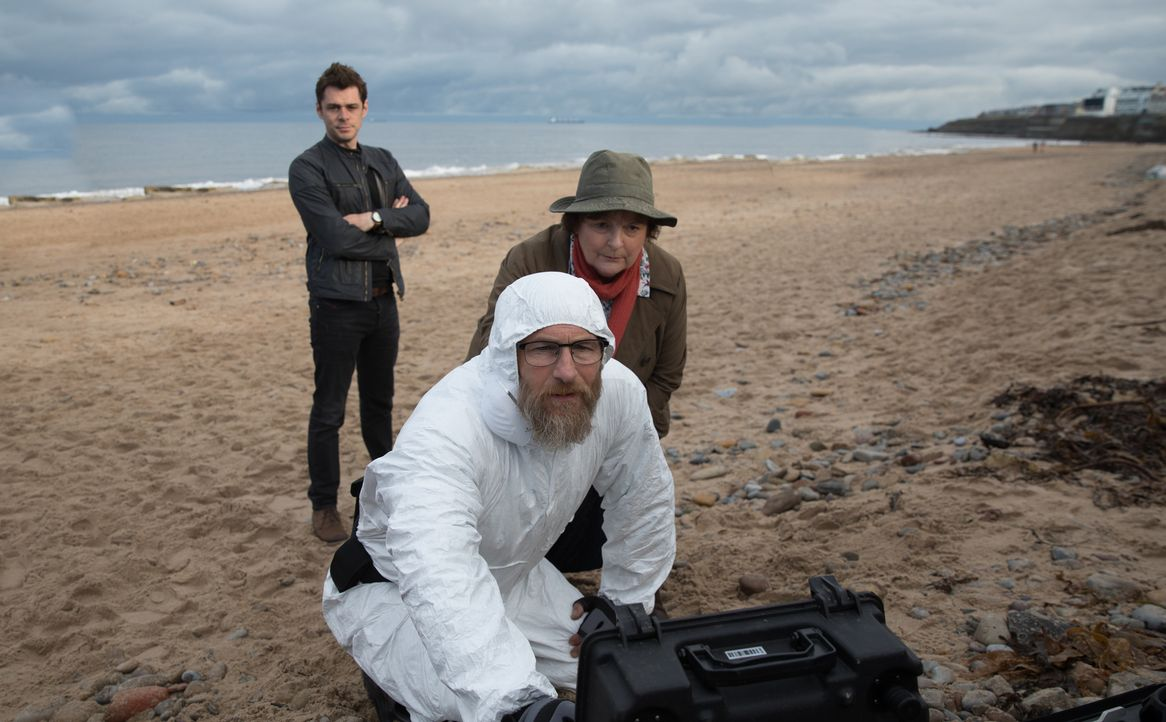 (v.l.n.r.) Aiden Healy (Kenny Doughty); Dr. Malcolm Donahue (Paul Kaye); Vera Stanhope (Brenda Blethyn) - Bildquelle: ITV Studios
