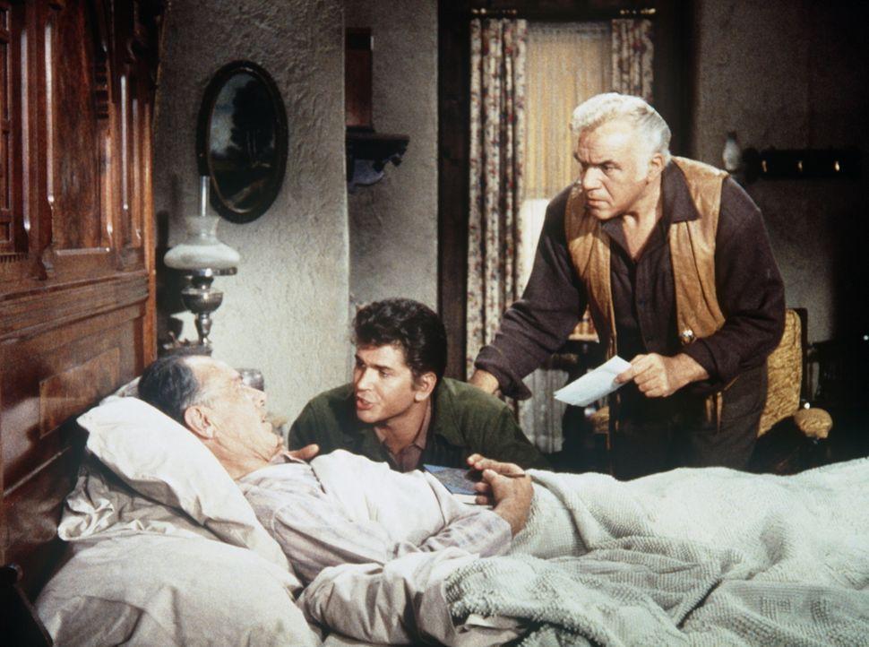 Schaffen es Ben (Lorne Greene, r.) und Little Joe (Michael Landon, M.), Hinweise von Onkel Fred (Harvey Stephens, l.) zu bekommen, wer Ann Wilson er... - Bildquelle: Paramount Pictures