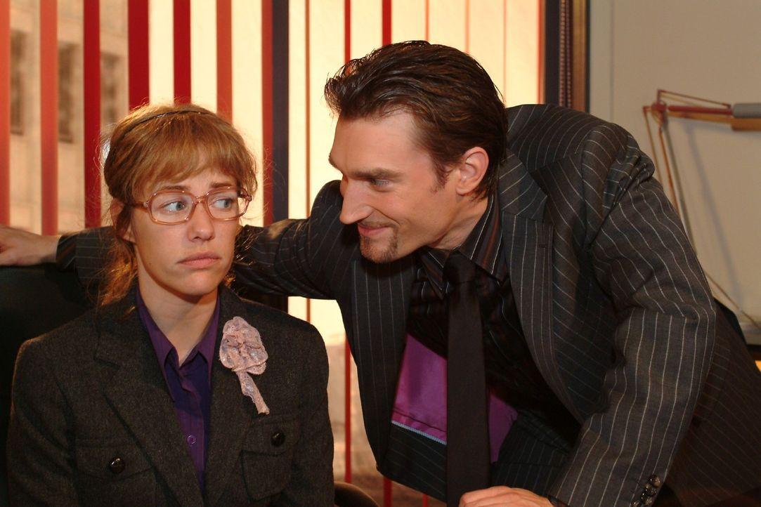 Richards (Karim Köster, r.) gespielte Zerknirschtheit geht auf: Lisa (Alexandra Neldel, l.) zögert, ihn zu entmachten. (Dieses Foto von Alexandra Ne... - Bildquelle: Monika Schürle Sat.1