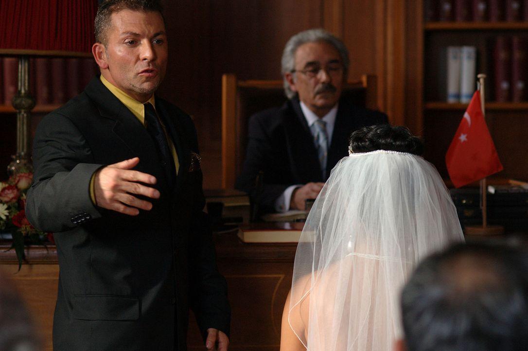 Endlich scheint Tarkans (Gandi Mukli, l.) sehnlichster Wunsch in Erfüllung zu gehen: die Heirat mit der attraktiven und warmherzigen Aylin (Mandala... - Bildquelle: Dirk Plamböck ProSieben