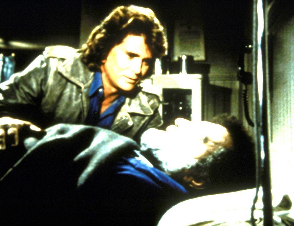 Mark (Victor French, l.) ist schwer verletzt, und zum ersten Mal weiß Jonathan (Michael Landon, l.) keinen Rat. - Bildquelle: Worldvision Enterprises, Inc.
