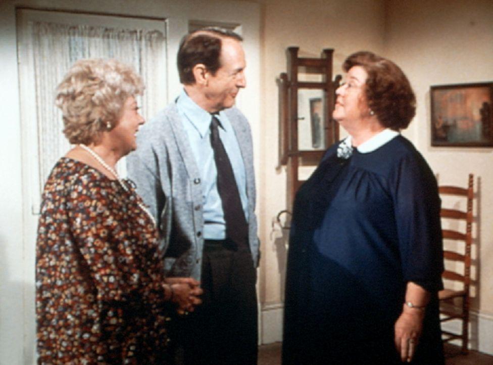 Ohne Einladung taucht Zuleika Dunbar (Pearl Shear, l.) bei Rose (Peggy Rea, r.) auf. Grund ihres Besuchs ist Stanley (William Schallert, M.). - Bildquelle: WARNER BROS. INTERNATIONAL TELEVISION