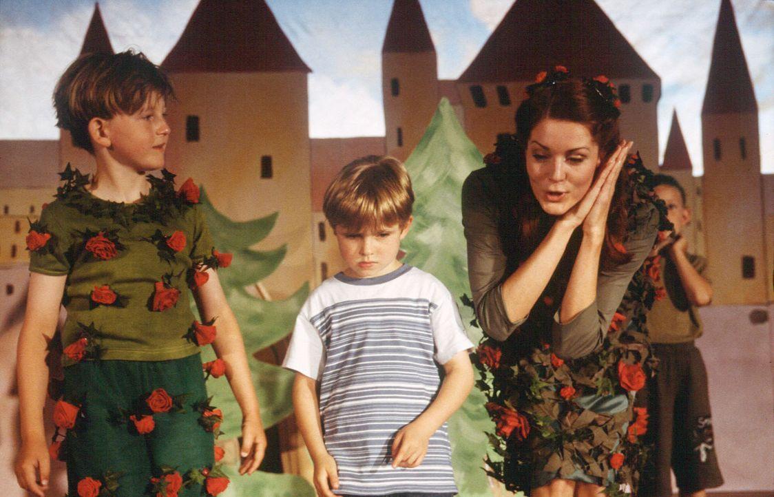 Trotz der liebevollen Bemühungen von Kindergärtnerin Viola (Esther Schweins, r.) hat Dexter (Wolf-Niklas Schykowski, M.) starkes Heimweh. - Bildquelle: Dirk Plamböck Sat.1