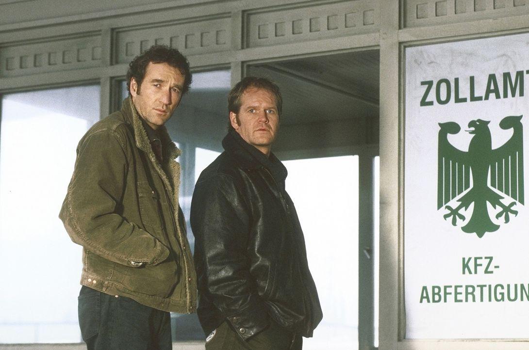 Gilbert (Guntbert Warns, r.) und Alex (Peter Lohmeyer) gehen einer Spur nach, die sie zu der Kunsthändlerin Sibylle Teske führt ... - Bildquelle: Aki Pfeiffer ProSieben