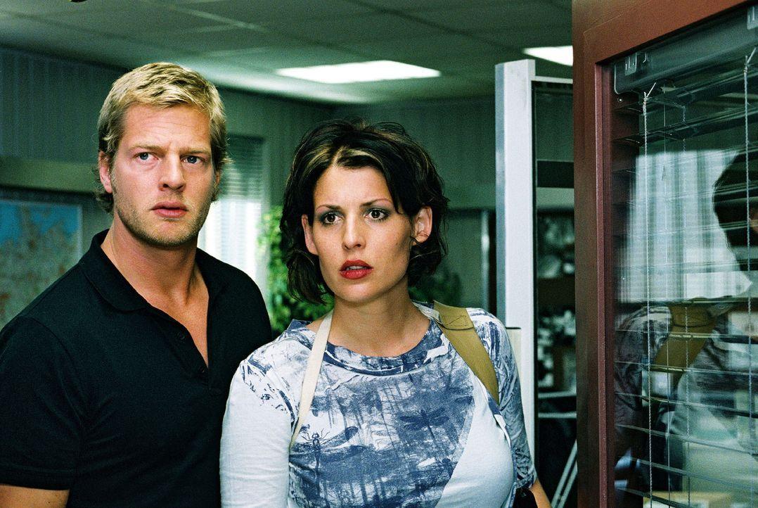 Nina (Elena Uhlig, r.) und Leo (Henning Baum, l.) glauben nicht, was sie hören: Ihr Kollege Wacker soll eine Prostituierte erschossen haben ... - Bildquelle: Christian A. Rieger Sat.1