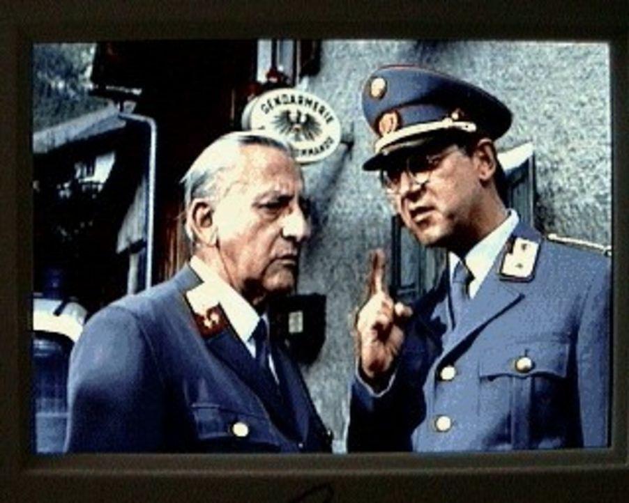 Gendarm Gilch (Maxl Graf, l.) ist in Nöten: Sein übergenauer Vorgesetzter, Inspektor Stecher (Alexander Duda, r.), möchte ihn vorzeitig pensionieren... - Bildquelle: SAT.1