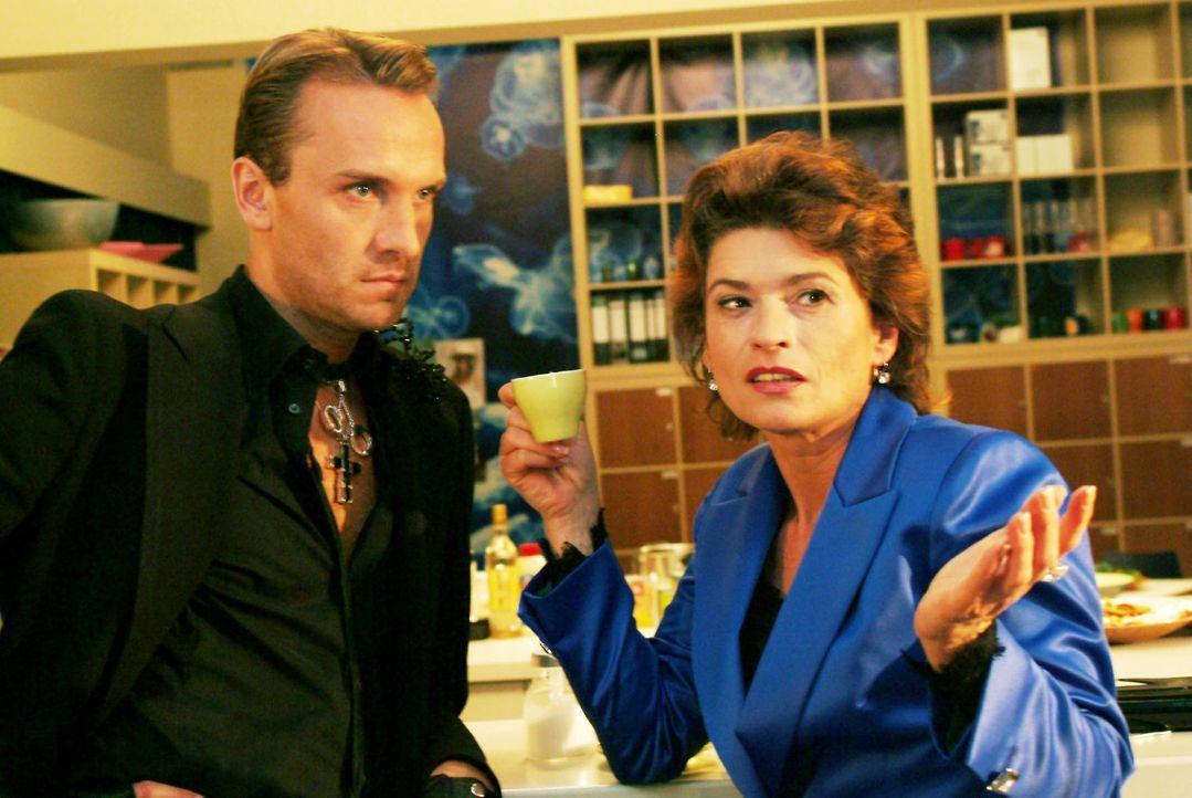 Hugo (Hubertus Regout, l.) beklagt sich bei Sophie (Gabrielle Scharnitzky, r.) über Richards konservative Mode-Pläne - und findet bei ihr Bestätigun... - Bildquelle: Monika Schürle Sat.1