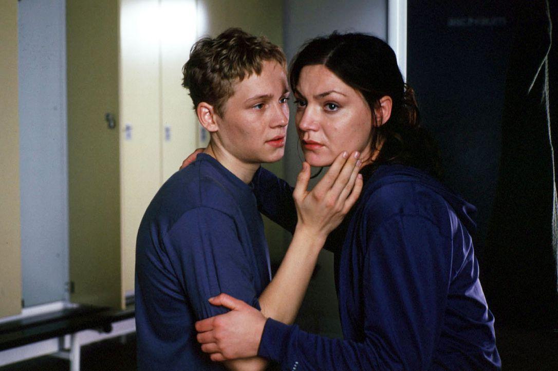Katharina (Marion Mitterhammer, r.) versucht, Ben (Matthias Schweighöfer, l.) zu ignorieren. Vergeblich - zu intensiv sind ihre Gefühle füreinander... - Bildquelle: Alfred Raschke Sat.1