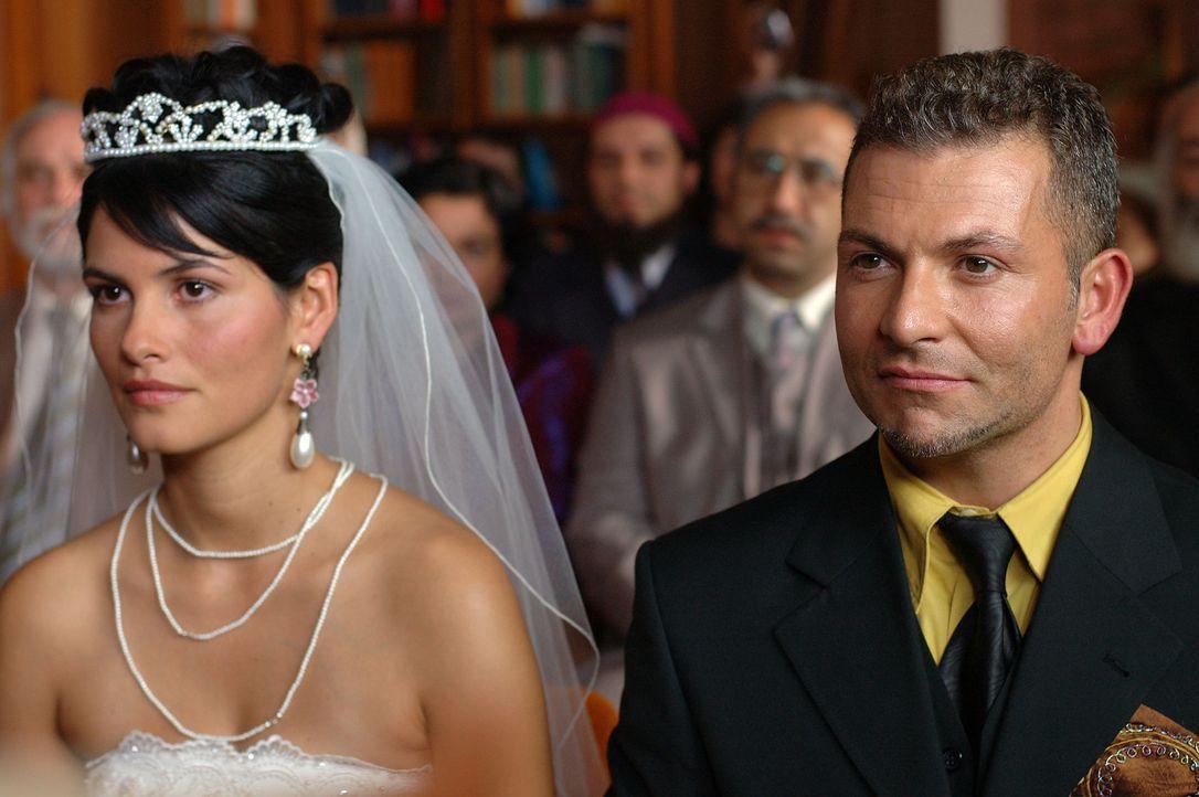 Obwohl Aylin (Mandala Tayde, l.) ihren Götz liebt, will sie den von ihren Eltern erwählten Tarkan (Gandi Mukli, r.) heiraten. Doch während der Trauu... - Bildquelle: Dirk Plamböck ProSieben
