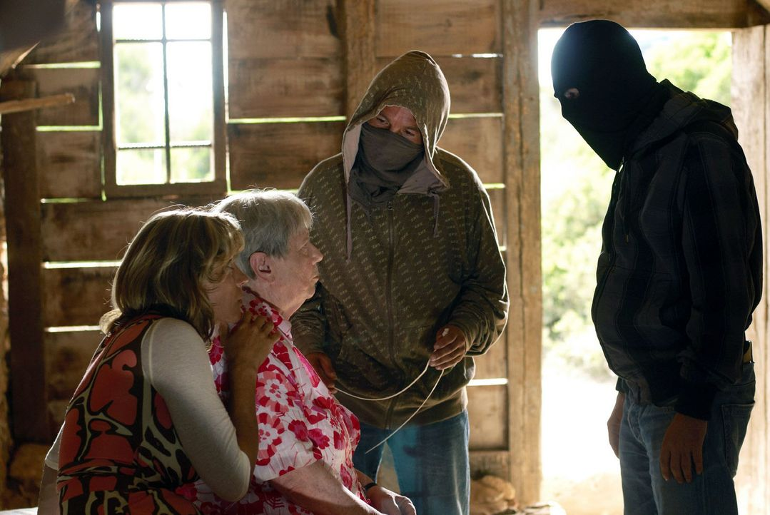 Resi (Ruth Drexel, 2.v.l.) und Hasi (Carin C. Tietze, l.) sind mit ihren beiden Entführern wieder zurück in der Hütte. Pablo ist immer noch sauer -... - Bildquelle: sat.1