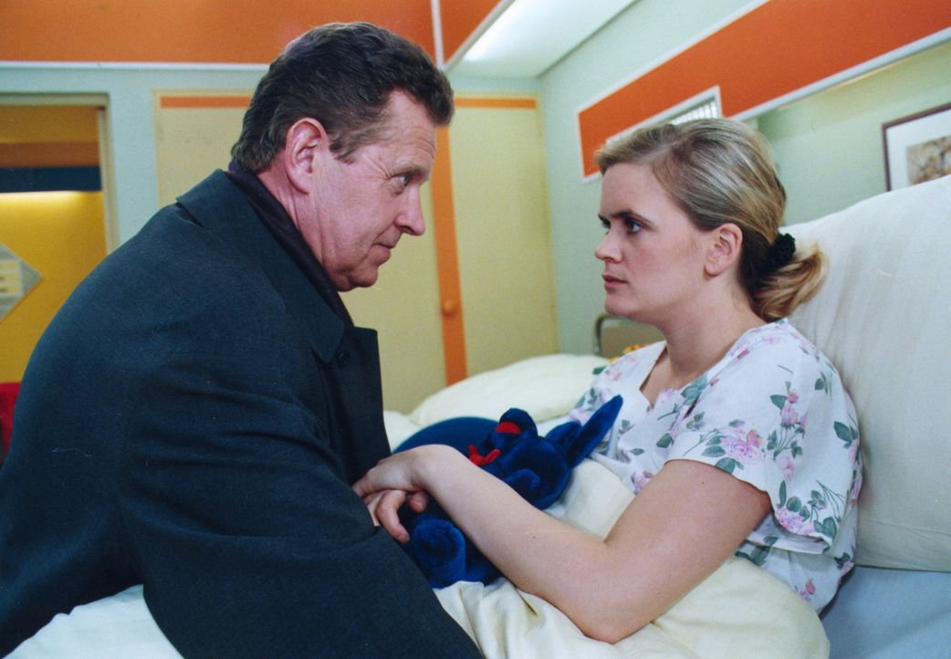 Ellen Worms (Nina Sonja Peterson, r.) hat aus Angst, dass sich niemand um ihre kleine Tochter Lissy kümmert, eine dringend erforderliche Operation v... - Bildquelle: Noreen Flynn Sat.1