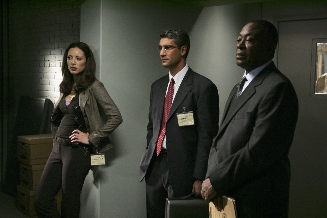(v.l.n.r.) Elle Greenaway (Lola Glaudini); Sam Shapiro (Michael B. Silver); Warden Charles Diehl (Roger Aaron Brown) - Bildquelle: Cliff Lipson 2006 TOUCHSTONE TV.  All rights reserved.  NO ARCHIVING, NO RESALE.