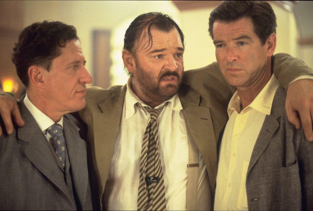 Andy (Pierce Brosnan, r.) macht als erstes den Schneider Harry Pendel (Geoffrey Rush, l.) ausfindig und bietet dem verschuldeten Mann eine Menge Gel... - Bildquelle: 2003 Sony Pictures Television International.