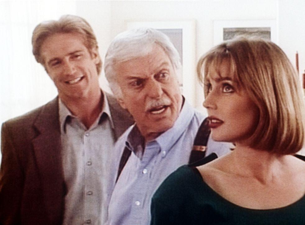 Steve (Barry Van Dyke, l.) und Dr. Sloan (Dick Van Dyke, M.) flirten heftig mit Gloria (Renee Coleman, r.). - Bildquelle: Viacom
