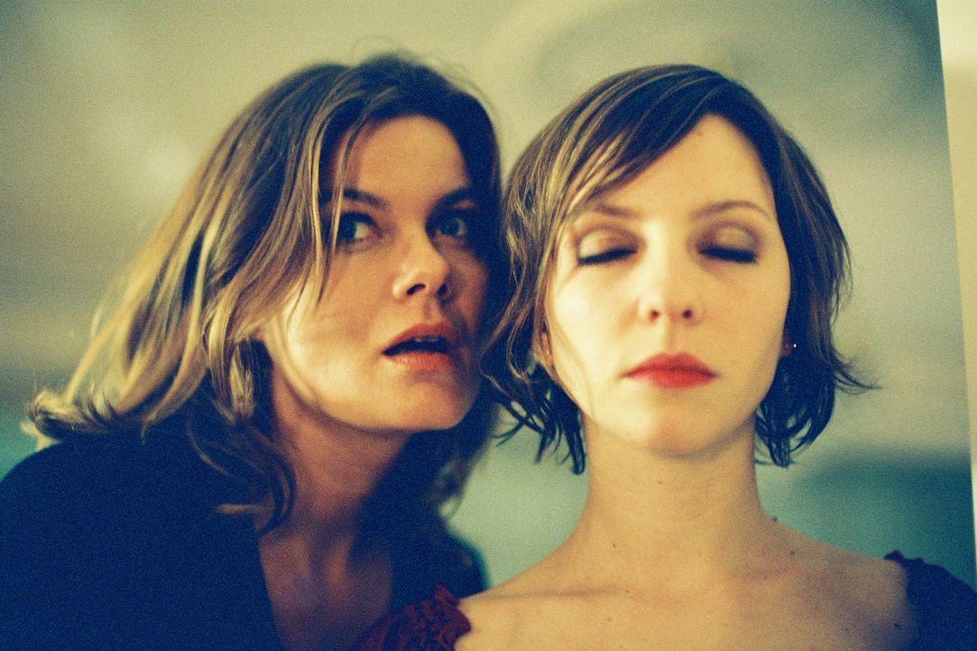 Susanne (Birge Schade, l.) und Stieftochter Anja (Katharina Schüttler, r.) haben eine schwierige Beziehung zueinander. - Bildquelle: Tom Trambow Sat.1