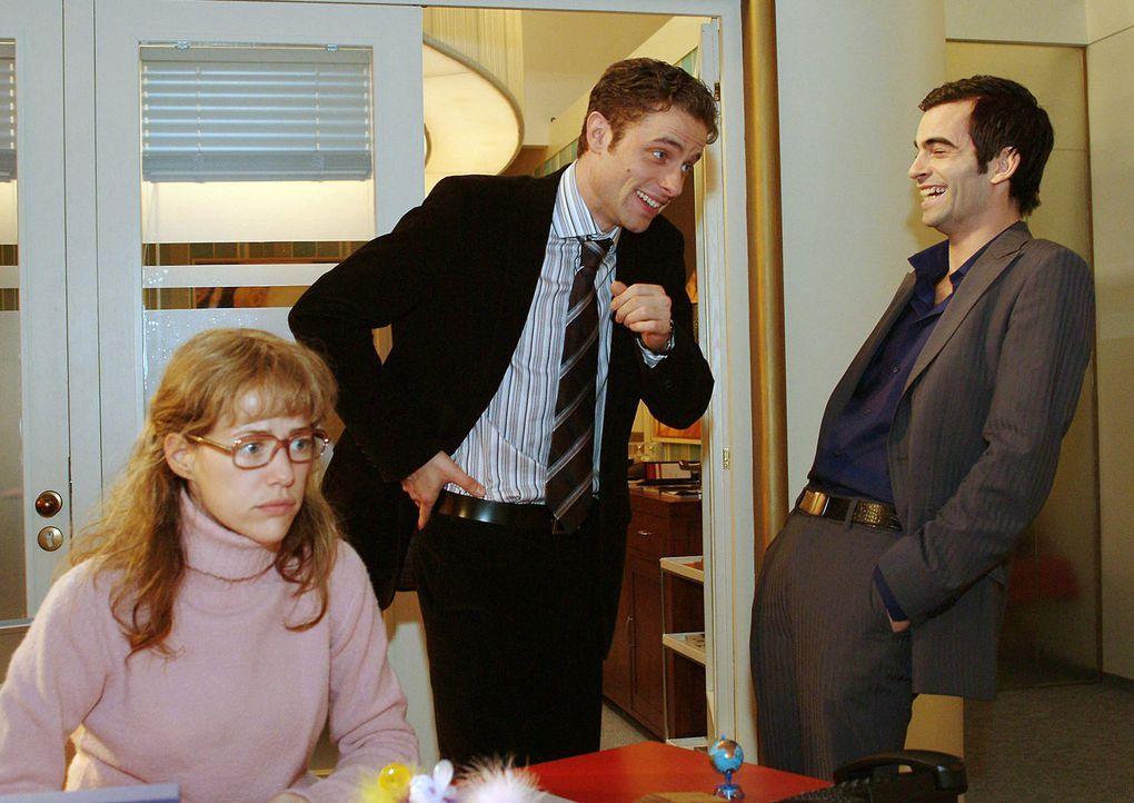 Lisa (Alexandra Neldel, l.) glaubt, dass auch Max (Alexander Sternberg, M.) und David (Mathis Künzler, r.) sich prächtig über sie amüsieren. (Dieses... - Bildquelle: Monika Schürle Sat.1