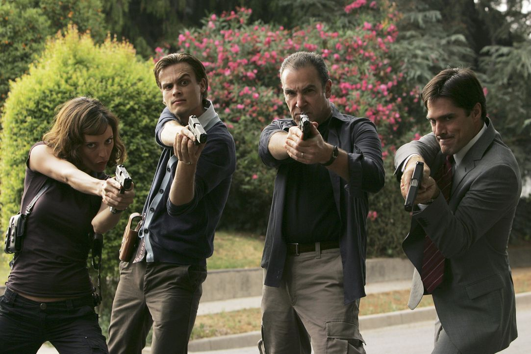 (v.l.n.r.) Elle Greenaway (Lola Glaudini); Dr. Spencer Reid (Matthew Gray Gubler); Jason Gideon (Mandy Patinkin); Aaron Hotchner (Thomas Gibson) - Bildquelle: Cliff Lipson 2006 Touchstone Television. All rights reserved. NO ARCHIVE. NO RESALE.